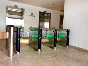 Cổng chắn Flap Barrie giải pháp tối ưu kiểm soát lối đi bộ cho tòa nhà văn phòng